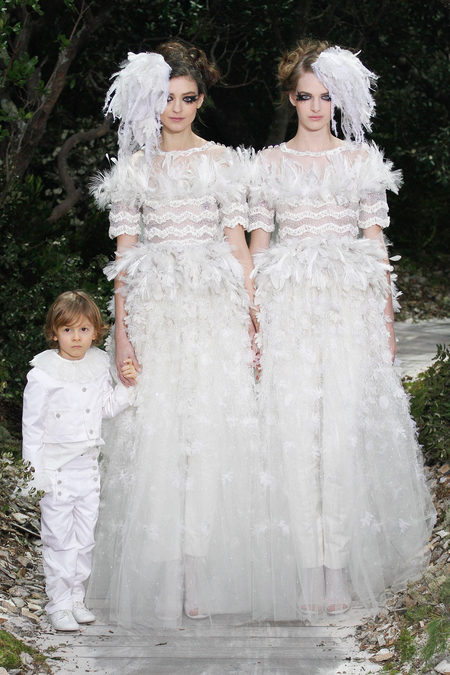 Hudson Kroenig, Kati Nescher and Ashleigh Good at the finale of the Chanel Spring 2013 Couture show. 老佛爺Karl Lagerfeld 2013春夏高訂秀上表支持同志婚姻 兩女新娘攜小愛模Hudson Kroenig閉幕