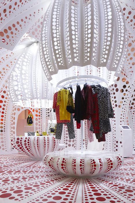 dezeen_Louis-Vuitton-and-Kusama-concept-store-at-Selfridges_10 (1)