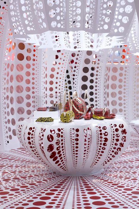 dezeen_Louis-Vuitton-and-Kusama-concept-store-at-Selfridges_7