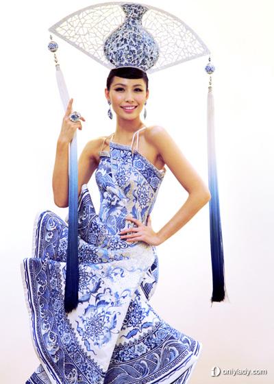 """許繼丹身著著名服裝設計師郭培設計的""""青花瓷""""主題民族服飾"""