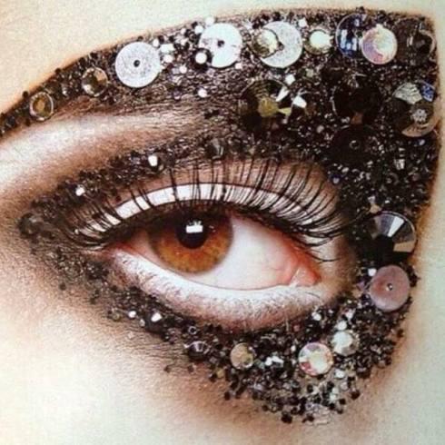 Pat McGrath不為自己設限,往往能與設計師相互激盪出精彩的作品,在與前Dior創意總監John Galliano合作多年後,這是她首度與設計師Bill Gaytten合作的Dior 2011秋冬高級訂製服妝容。(圖/Pat McGrath FB)
