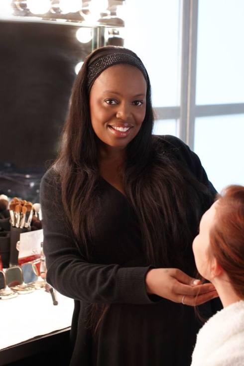 常為國際時尚品牌設計每季發表會妝容的彩妝師Pat McGrath,總是以一身黑穿梭在服裝秀後台。(圖/Pat McGrath FB)