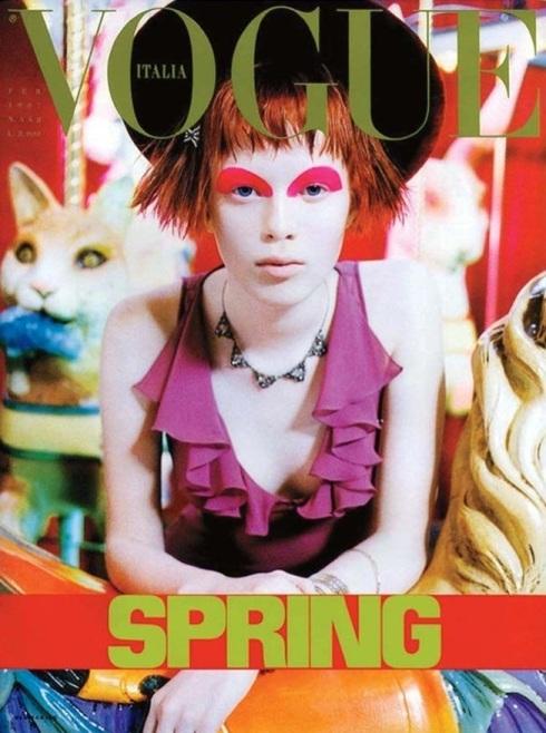 Pat McGrath與攝影師Steven Meisel合作操刀義大利版《Vogue》1997年2月號封面,將名模Karen Elson的眉毛剃掉,繪上鮮明的幾何圖案。(圖/WWD)