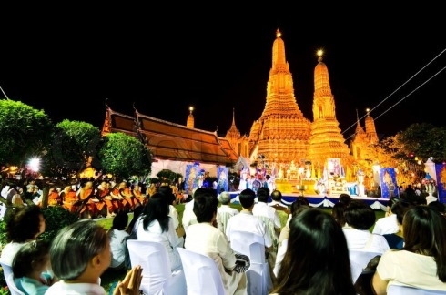 7807455-thai-people-and-monk-join-moral-pray-countdown-inwat-arun-temple