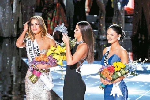 加拉維加斯的「環球小姐」決賽主持人搞烏龍,先宣布哥倫比亞小姐阿雷巴洛贏得后冠,之後又說他搞錯了,今年的環球小姐是菲律賓小姐伍茲巴赫,接著阿雷巴洛被摘下后冠(圖),上屆環球小姐重新為伍茲巴赫加冕。 路透