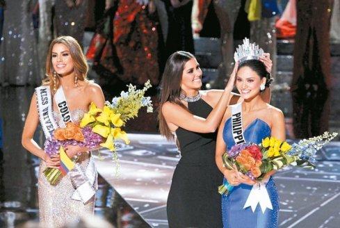 加拉維加斯的「環球小姐」決賽主持人搞烏龍,先宣布哥倫比亞小姐阿雷巴洛贏得后冠,之後又說他搞錯了,今年的環球小姐是菲律賓小姐伍茲巴赫,接著阿雷巴洛被摘下后冠,上屆環球小姐重新為伍茲巴赫加冕(圖)。 路透